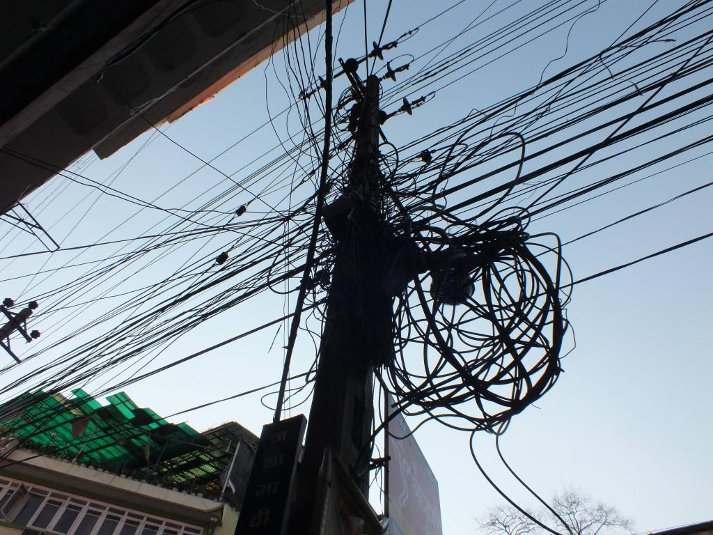 Strommast mit Kabelwust